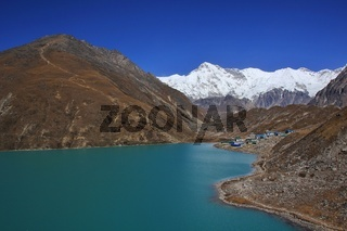 Turquoise Gokyo lake, mount Cho Oyu and Gokyo Ri