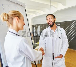 Shakehands zwischen Arzt und Referentin