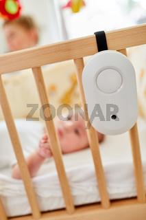 Babyphon befestigt am Babybett
