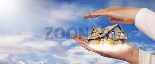 Panorama mit einem Haus auf Händen