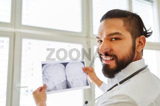 Arzt und Chirurg hält ein Röntgenbild