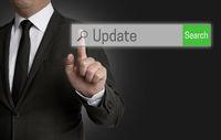 update Internet Browser wird von Geschäftsmann bedient