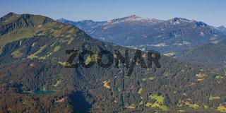 Panorama vom Schattenberg, 1692m, zum Fellhorn, 2038m,und Söllereck, 1706m, sowie Freibergsee, Allgäu, Bayern, Deutschland, dahinter das Kleinwalsertal mit Hoher Ifen, 2230m, Vorarlberg, Österreich, Europa