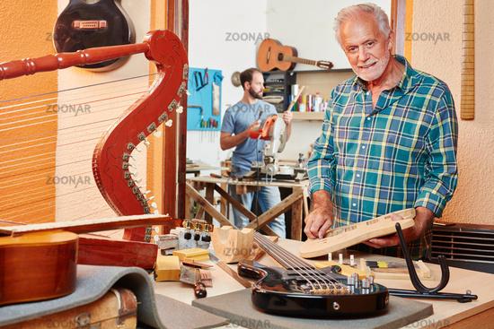 Gitarrenbauer baut eine neue Gitarre
