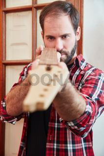 Handwerker kontrolliert eine Gitarre