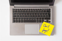 Laptop with note Don't forget