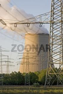 Qualmender Kuehlturm eines Atomkraftwerkes mit Hochspannungsleitungen