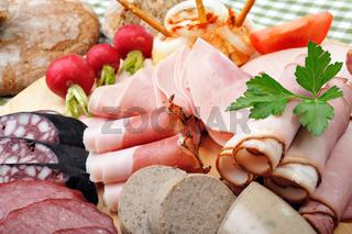 Brotzeitteller mit Radieschen und Käse