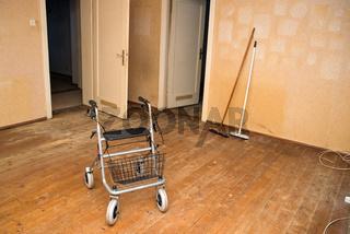 Rollator in ausgeräumter Wohnung