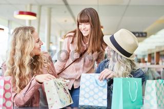 Frauen Gruppe packt zusammen Einkaufstüten aus