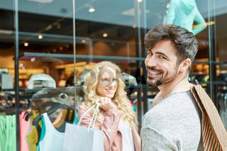 Junges Paar beim Shopping nach Mode