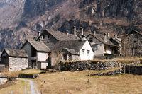 Typisches Tessiner Dorf oberhalb von Locarno.