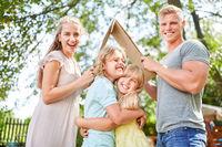 Familie und Kinder träumen vom Eigenheim