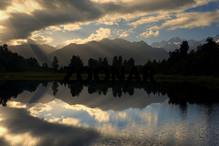 Lake Matheson, perfekte Spiegelung des Mount Cook und der Suedlichen Alpen im Lake Matheson bei sonnenaufgang, Westland Nationalpark, Westkueste, Suedinsel, Neuseeland, Lake Matheson, perfect reflection of Mount Cook and the Southern Alps in Lake Matheson