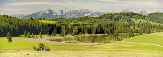 Panorama Landschaft im Allgäu bei Füssen mit Bergkette der Alpen