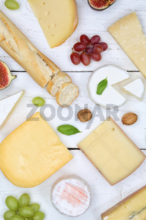 Käseplatte Schweizer Käse Platte Brot Camembert Hochformat von oben