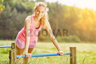 Junge Frau macht Fitness Training im Sommer
