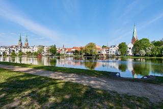 """Altstadtbad """"Krähenteich"""" mit Dom und Aegidienkirche, Lübeck, Deutschland"""