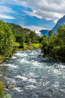 Wunderschöne Landschaft mit Gletscherfluss