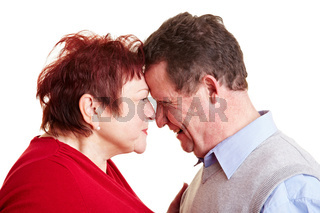 Verliebtes Seniorenpaar schaut sich in die Augen