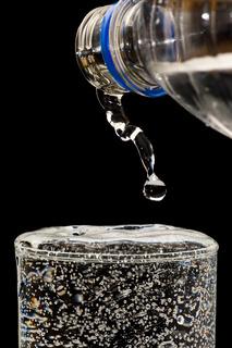Flasche und Wasserglas