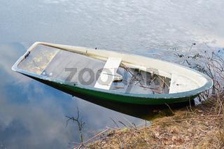 versunkenes Ruderboot in einem See bei Magdeburg
