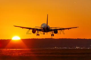 Flugzeug landet Flughafen fliegen Sonne Sonnenuntergang Ferien Urlaub Reise reisen