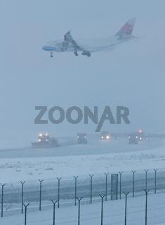 Eine Boing 747 der China Airlines landet bei starkem Schneetreiben am Frankfurter Flughafen