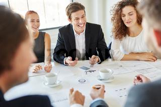 Business Team in Meeting  mit viel Statistik