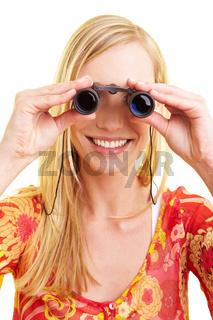 Blonde Frau mit Fernglas