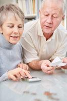 Senioren Paar macht die Buchhaltung