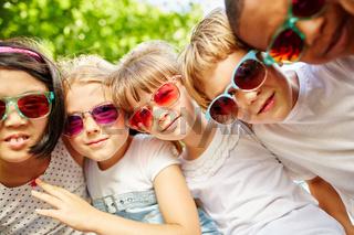 Multikulturelles Kinder Team im Sommer