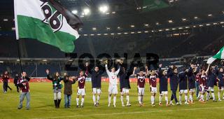 Mannschaft von Hannover 96 feiert mit der Kurve