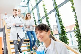 Ärzte in Ausbildung unterwegs im Treppenhaus