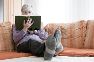 Frau und Buch