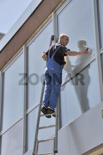 Fensterputzer reinigt die Glasfront der TARGOBANK, Mainz, Rheinland-Pfalz, Deutschland, Europa
