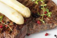 weißer Spargel auf gegrilltem Steak