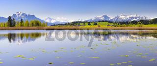 Panorama Landschaft in Bayern mit Forggensee und Berge