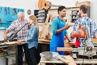 Handwerker als Lehrlinge arbeiten zusammen