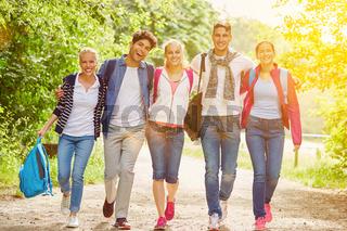 Gruppe Teenager als Freunde in der Natur