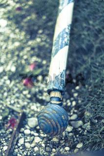 Am Ende der Fahnenstange eine geschnitzte Kugel - Weiß Blau - die bayrischen Farben. Ein alter Fahn