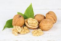 Walnüsse Walnuss Nüsse auf Holzplatte