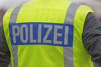 Polizeibeamter mit Warnweste mit der Aufschrift Polizei, Hamburg, Deutschland