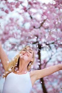 Frau wirft Blütenblätter