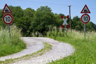 Bahnübergang mit Feldweg auf dem Land