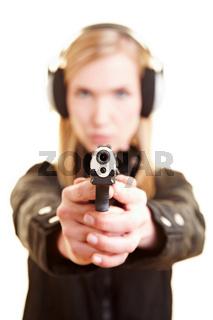 Polizistin bei Schießübung