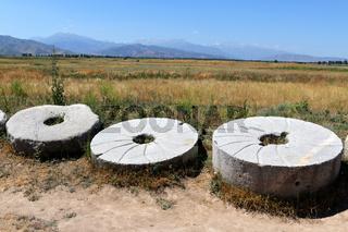 Mühlsteine am Burana-Turm bei Tokmak, Kirgisistan