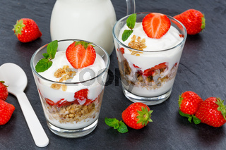 Erdbeer Joghurt Erdbeerjoghurt Erdbeeren Glas Früchte Müsli Schieferplatte Löffel Frühstück