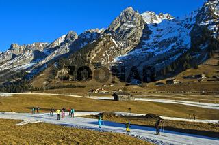 Skilangläufer auf improvisierten Loipen aus Kunstschnee, La Clusaz, Frankreich