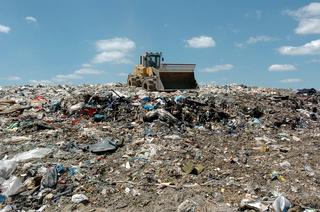 Ein Caterpillar steht auf einer Müllhalde - a caterpillar standing on a waste deposit